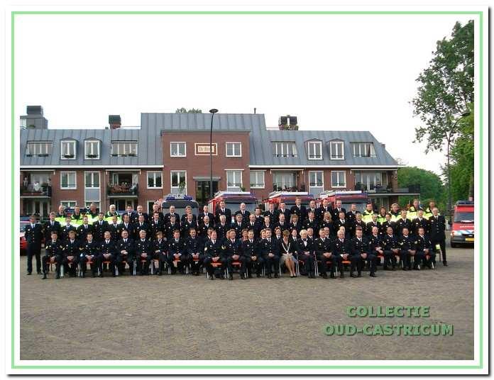 Het korps met de burgemeester Aaltje Emmens-Knol in het midden aan de `brink in Castricum.