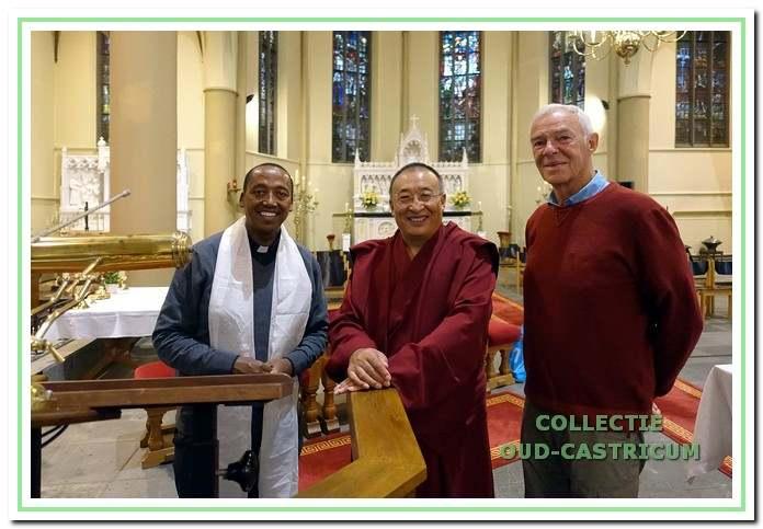 Op uitnodiging van de Castricumse boeddhist Jan Duin (rechts) ontmoet lama Shar Khentrul Rinpoche pastoor Kaleab (links) in de Pancratiuskerk.