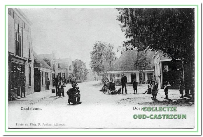 Foto uit omstreeks 1907 van herberg 'De Rustende lager' met de doorrijstal. Het plein voor de doorrijstal wordt door Koopman, eigenaar van De Rustende lager, verbeterd, terwijl het volgens de burgemeester bij de openbare weg hoort.