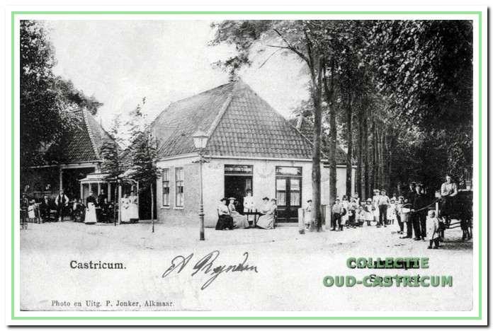 Een 'olie' straatlantaarn voor café Sportrust op de hoek van de Dorpsstraat en de Kramersweg (Burg. Mooijstraat).