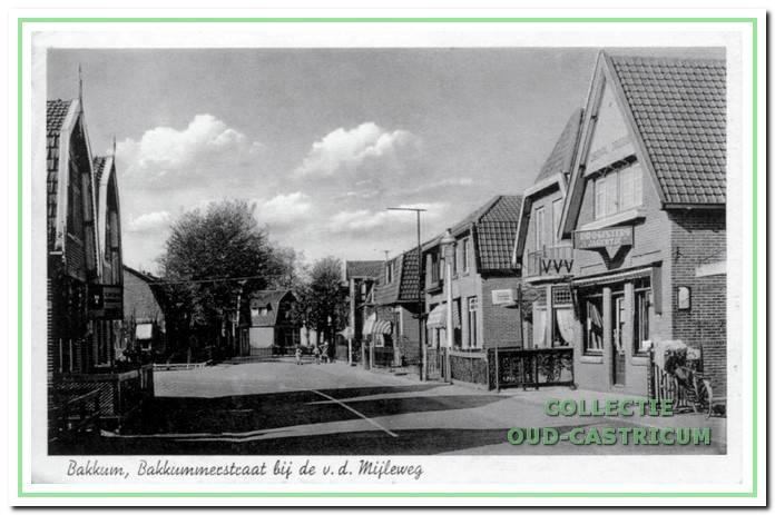 De huizen voor de bocht van de Bakkummerstraat te beginnen rechts bij drogisterij 't Jagertje van David Keetbaas; links de af slag naar de Van der Mijleweg.