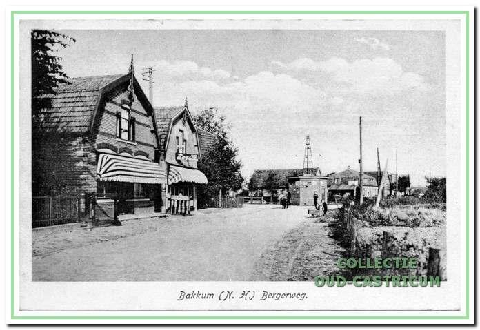 De beide huizen op de foto zijn de schoenenzaak van Johannes van Heijningen (nr 108) en de boeken uitleen van Reinier Stet (nr 110).