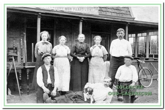 Café 'De Goede Verwachting' omstreeks 1915 (zie 23). Voor het café de familie Castricum: Dieuwertje Stroomer omgeven door haar kinderen en enkele aangetrouwden. Dieuwertje is getrouwd met Cees Castricum, schelpenvisser en vrachtrijder. Zij wonen vanaf 1895 aan de Heereweg en sindsdien runt Dieuwertje hier het café. V.l.n.r.: staand: Anne Castricum (gehuwd met Matthias de Nijs), Corrie Castricum, moeder Dieuwertje Stroomer, Aafje Castricum en haar man Simon Koper, onder: Piet Castricum (gehuwd met Maria Steeman), Johannes Roemer (echtgenoot van Corrie Castricum) en Doris Castricum (gehuwd met Afra Buur). Van het gezin staan niet op de foto: vader Cees Castricum en de oudste zoon Willem (gehuwd met Mien Mors).