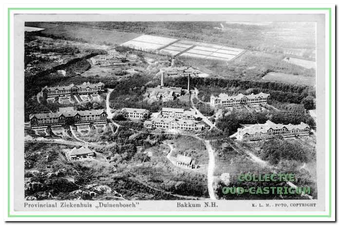 Luchtfoto van Duin en Bosch met links de paviljoens voor vrouwen rechts voor mannen.