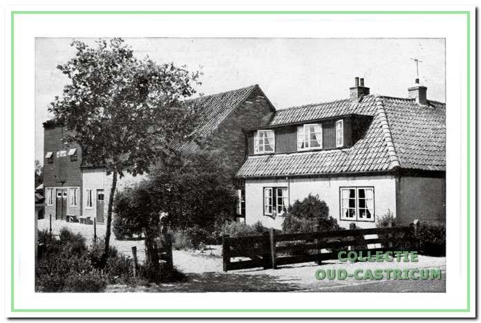 Vooraan ooit het woonhuis van Jan Kuijs en Neeltje Rijs (zie 29). In de loop der jaren heeft het vele uitbreidingen en aanpassingen meegemaakt.