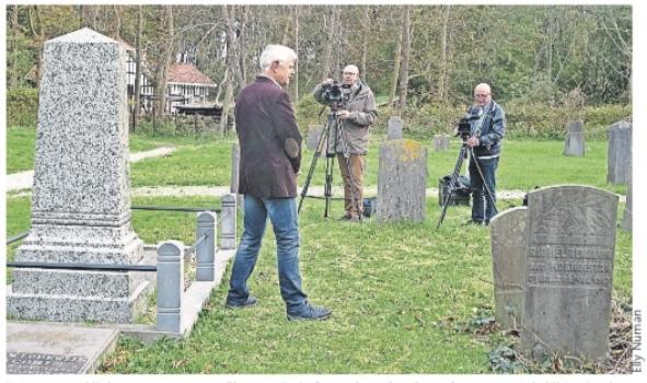 De auteur bij de opname van een film over Duin & Bosch; rechts de grafsteen van Gabriël Benjamin.
