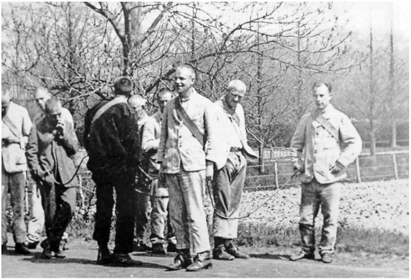 Bewoners van Duin en Bosch in de jaren na de oorlog. Dit is de kruiwagenploeg. Foto uit 'Landgoed in de duinen'.