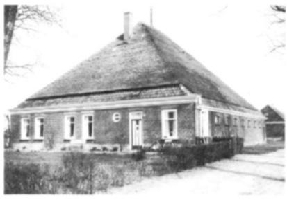 """De gehandhaafde boerderij """"Mariahoeve"""" tussen de Soomerwegh en de Kievit."""