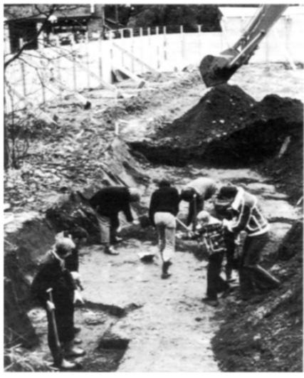 Na de machinale verrichtingen werd het opgravingsvlak met de spade op de gewenste diepte gebracht en vlak geschaafd.