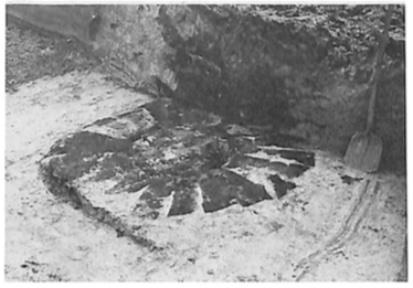 Eerst werd de linker constructie onderzocht. Weldra tekende de basis van een put zich af in de vorm van zorgvuldig gelegde zoden.