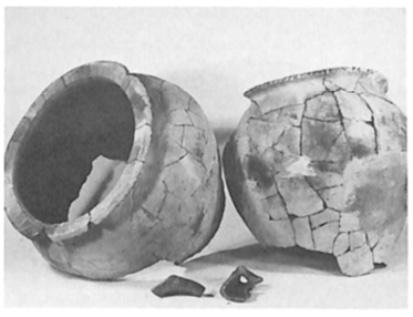 Twee grote potten uit ongeveer de 2e - 3e eeuw na Christus. Grote delen, waaronder de bodems ontbreken.