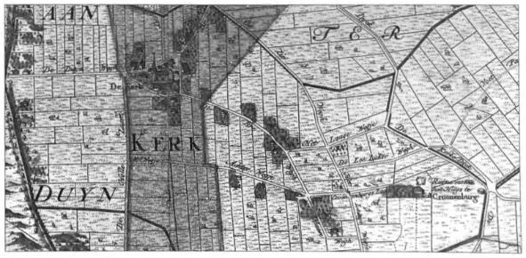 Detail van de kaart 'De Heerlykheid van Castricum' uit 1737, waarop duidelijk is te zien hoe de tekenaar de individuele boerderijen, gelegen in de Kerkbuurt en Oosterbuurt op een lommerrijk erf, heeft aangegeven.