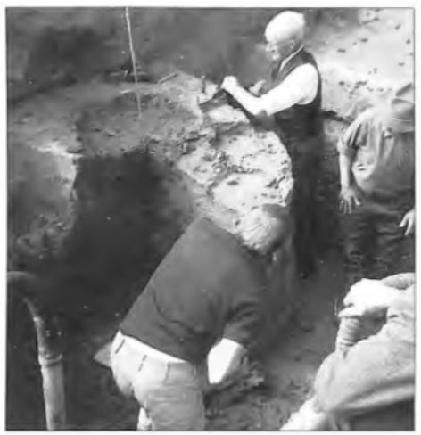 Klaas Veldt als lid van de werkgroep Oud-Castricum in actie bij de opgraving van een waterput uit de 2e-3e eeuw (1971).