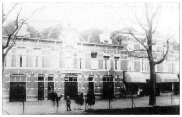 Geheel links op de foto: het huis en bedrijfspand aan de Delftselaan.