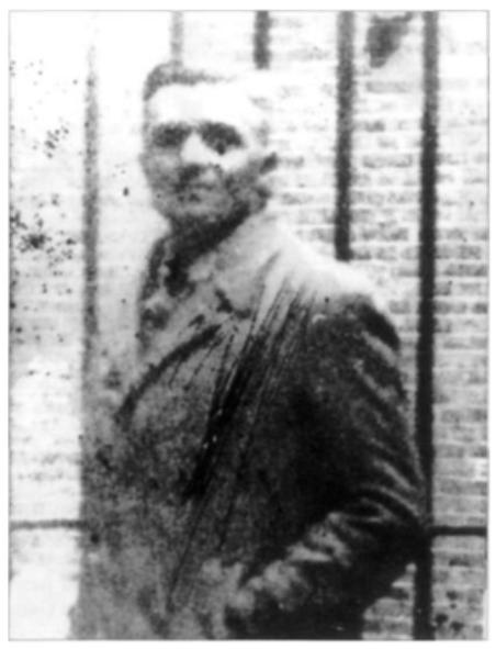 Van Ginhoven in de luchtvel van het huis van bewaring aan de Weteringschans in Amsterdam. De foto is gemaakt door een gevangenisbewaarder.