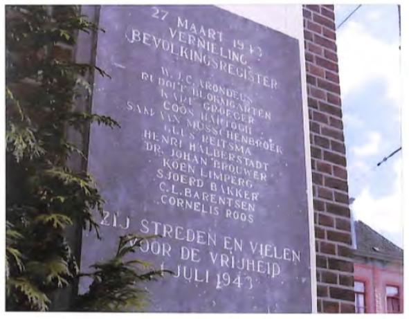 Door Sandberg ontworpen gedenksteen mei de namen van de verzetsstrijders die de aanslag op het bevolkingsregister van Amsterdam uitvoerden. De steen is aangebracht op de gevel van het voormalige bevolkingsregister de huidige studio Plantage naast de ingang van Artis.