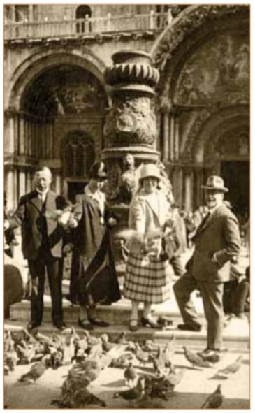 Het echtpaar Stuyt (rechts) op vakantie in hun favoriete land Italië.