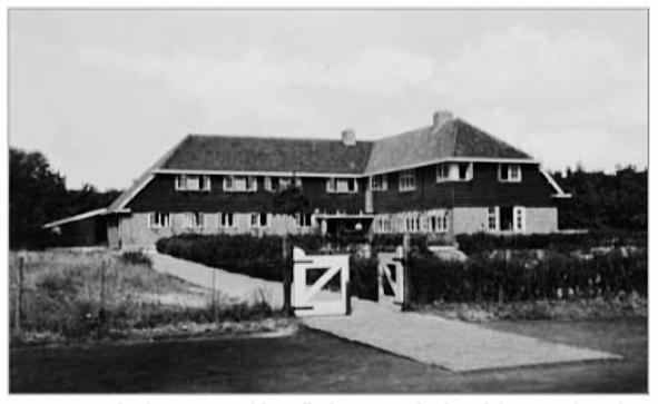 De in 1932 in gebruik genomen modeljeugdherberg Koningsbosch. In de beginjaren krijgt de jeugdherberg van de trekkers de bijnaam 'halftonsherberg', een verwijzing naar de bouwkosten.