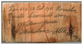 Dit plankje is door een metselaar achtergelaten tijdens de bouw van de kerk. In Alkmaar woonde een familie Querelle, verder zijn geen gegevens bekend.