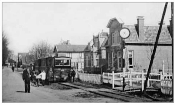 Deze foto uit 1915 illustreert hoe de stoomtram aan het begin van de Dorpsstraat (toen Rijksstraatweg) vlak langs de huizen reed. Op de voorgrond het pand Dorpsstraat nummer 3.