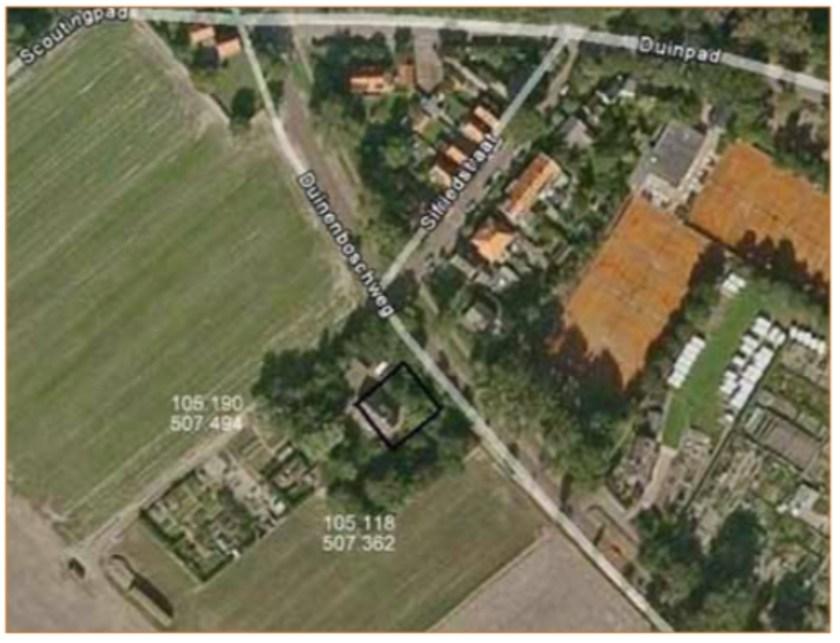 De omgeving van de opgraving; het zwarte vierkant geeft de contouren van de bouwput.