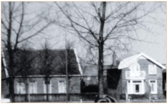 Links het woonhuis van de familie Veldt, gelegen voor de boerderij.