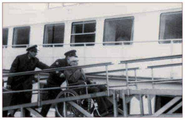 Inschepen op de Henri Dunant in de haven van IJmuiden.