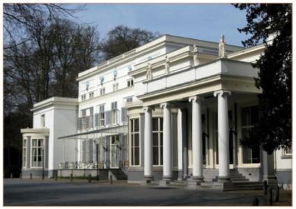 Voorzijde van het in classicistische stijl gebouwde landhuis De Paauw. Na de aankoop door de gemeente Wassenaar in 1925 is het landhuis in gebruik als raadhuis.