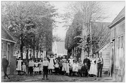 De bewoners van de Schoolstraat in het begin van de vorige eeuw; er waren veel kinderrijke gezinnen.