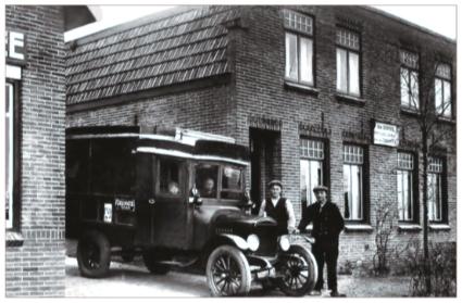 Jan en Piet Beentjes met hun vrachtauto naast het pand Mient 51-53.