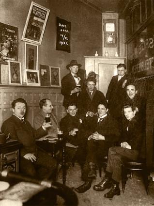 Met studenten het artsexamen van een van hen vierend in de Passagebar op 14 december 1921. Rechts beneden Jan Slauerhoff en links boven Henri Braakensiek.