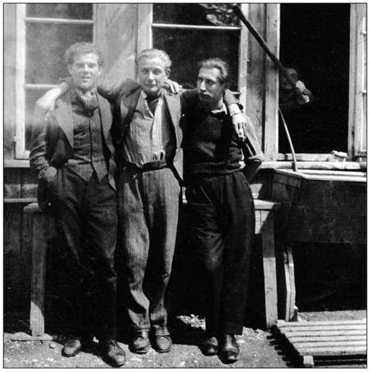 V.l.n.r. Ab Bleeker, Pé Pepping, en Jan Reijnders na aankomst in Zwitserland.