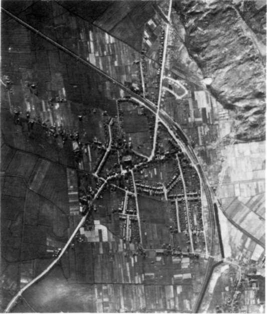Een luchtfoto van begin 1945; duidelijk zijn de gesloopte huizen ten westen van de Beverwijkerstraatweg te herkennen; dit geldt ook voor de tankmuur, het begin van de tankgracht, de kantel-blokversperringen in de Vinkenbaan en de Beverwijkerstraat-weg.