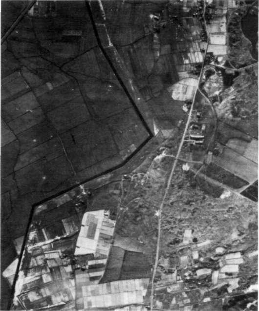 Op deze luchtfoto van begin 1945 is de loop van de tankgracht duidelijk te herkennen. Links onder het duinmeertje.