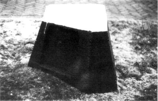 Dit betonnen blok kunnen we nog vaak in het duingebied aan-treffen, als wegwijzer of markering. Dit blok maakte deel uit van een versperring langs de kustlijn en vormde de kop van een uit houten palen bestaande driepoot.