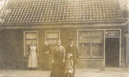 (Grote) Bertus Stuifbergen  en Grietje Lute omstreeks 1915 met dochtertje Guurtje voor hun kapperszaak in het inmiddels gesloopte pand Dorpsstraat 93.