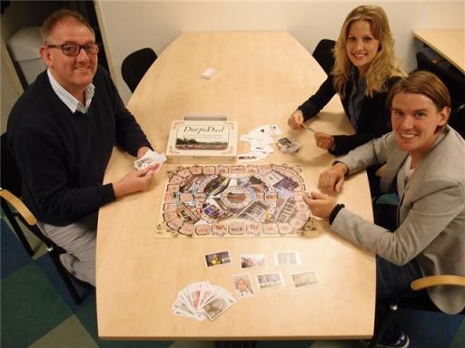 Waarnemend voorzitter Gerard Veldt (links) van Oud-Castricum heeft zojuist het spel ontvangen van Jan Koning en zijn partner Demy Panhorst.