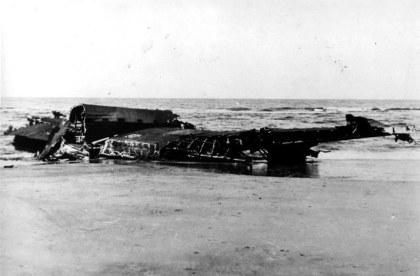 Het wrak van de Lancaster op het strand van Castricum. Het heeft er nog jaren gelegen. Collectie John Heideman