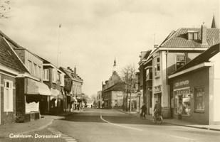 Doorkijk Dorpsstraat in noordelijke richting ter hoogte van de Burgemeester Mooijstraat in 1960