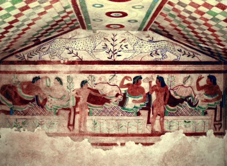 Mannen en vrouwen liggen samen aan in deze banketscène uit de Tomba dei Leopardi