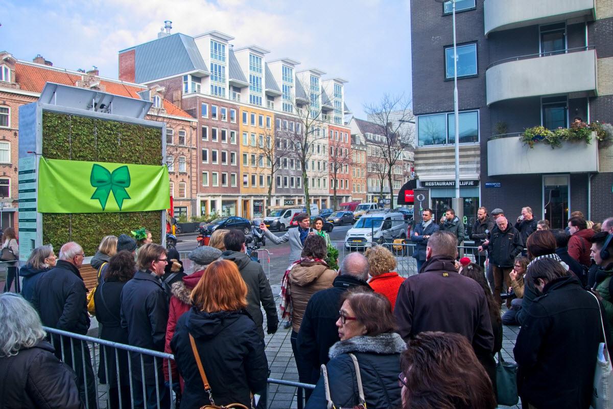Wethouder Litjens van verkeer (VVD) verwelkomt de aanwezigen