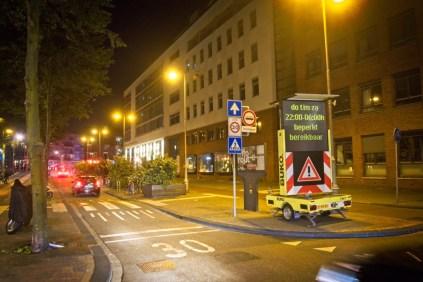 Signaleringsbord bij het kruispunt in de Jodenbreestraat (geen verkeersrgelaars (nergens trouwens)