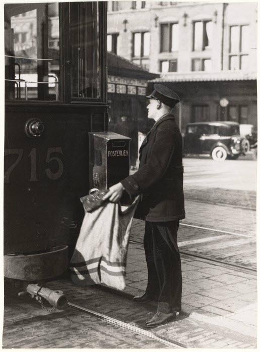 Stationsplein. Het ledigen van een brievenbus aan een tram (bijwagen 715) Bron Beeldbank Stadsarchief: OSIM00008000844