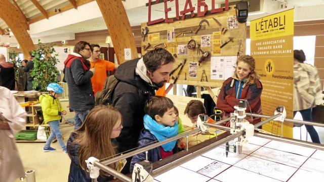 L'Établi a exposé le dernier prêt d'un adhérent : une machine à commande numérique, pour travailler le bois par usinage.
