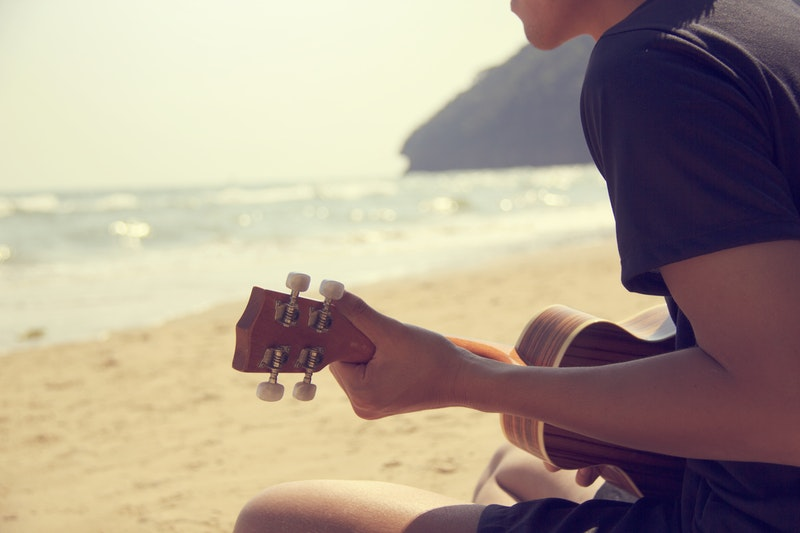 photo-plage-musicien- guitare-travailler-efficacement-son-instrument
