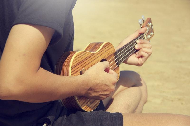 photo-plage-musicien- youkoulélé-