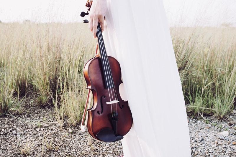 photo-plage-violoniste- guitare-travailler-efficacement-son-instrument