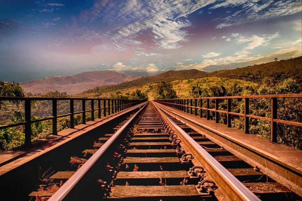 rail-plongeant-dans-horizon-focus-concentration