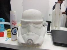 casque de Stormtrooper et Patator en arrière plan