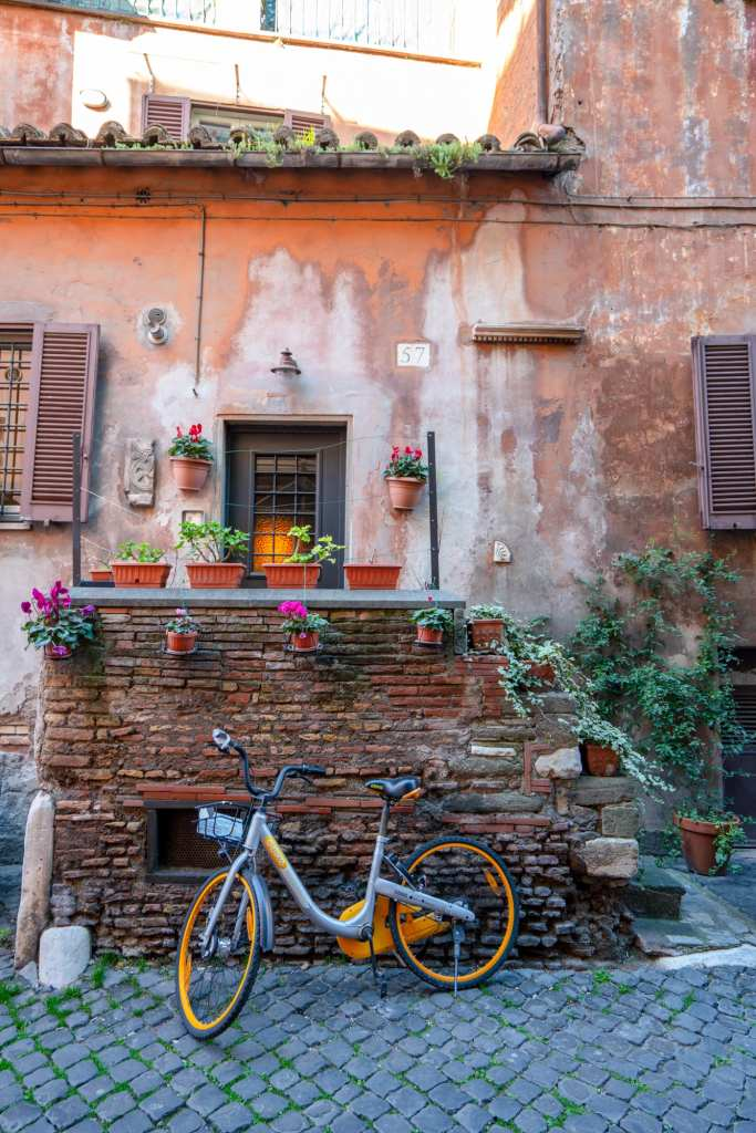 Rome Itinerary: Bike propped up next to a house in Rome